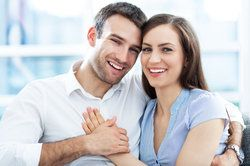Una joven y esperanzada pareja abrazándose