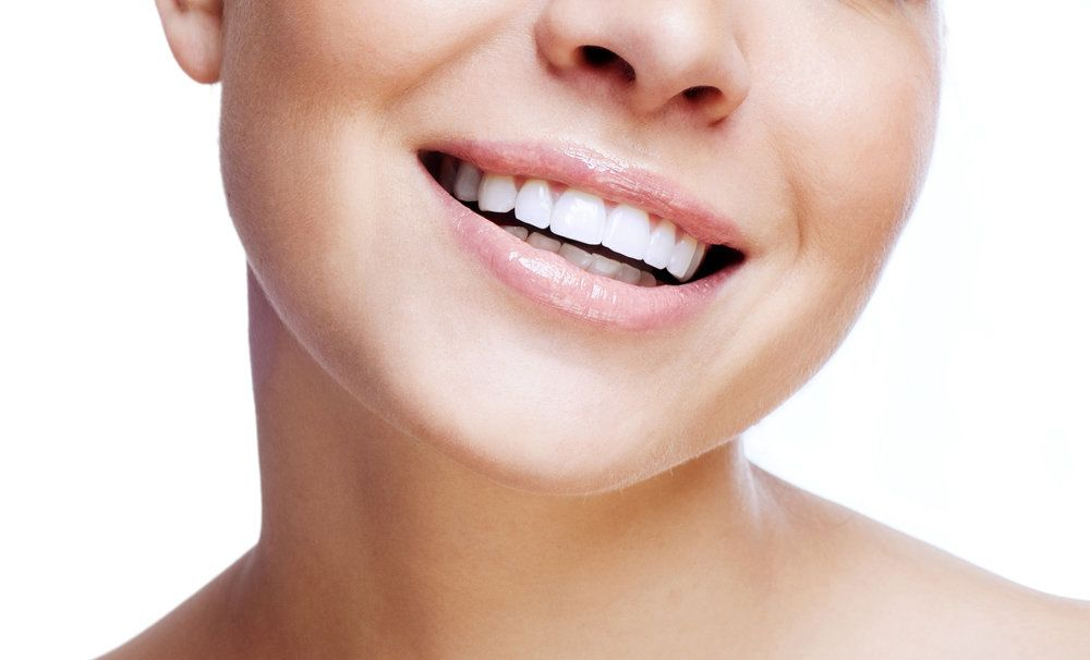 Woman with an attractive set of straight, white porcelain veneers